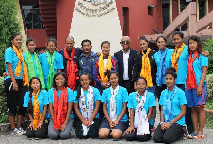 महिला बास्केटबल टोली भारत जाने