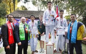 विजेता खेलाडीका साथ युनाइटेड आइटिएफ अस्ट्रेलियाका अध्यक्ष एवंम् ग्रान्डमास्टर मिचेल मुलेटा र आइटिएफ नेपालका अध्यक्ष लक्ष्मण बस्नेत ।