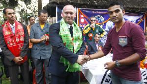 भूकम्पमा ज्यान गुमाएका खेलकुद पत्रकार सुमन भोम्जनको परिवारका लागि सहयोग रकम लिदै नेपाल खेलकुद पत्रकार मञ्चका सचिव प्रकाश तिमल्सिना (दायाँ)