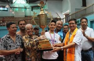हरेराम जोशी स्मृति टेबलटेनिसको ब्वाइज यु–१६ सिंगल्स उपाधि विजेता श्यान्टू श्रेष्ठलाई ट्रफी प्रदान गर्दै नेपाल ओलम्पिक कमिटीका नवनिर्वाचित अध्यक्ष जीवनराम श्रेष्ठ (दाया) ।