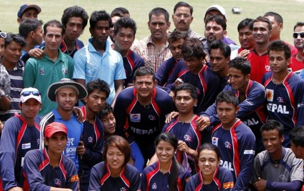नेपाली क्रीकेटर सँग महेन्द्र सिंह धोनी