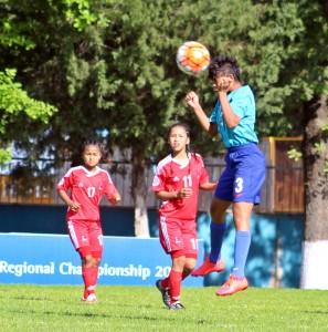 नेपालविरुद्धको खेलमा हेड गर्दै भारतीय खेलाडी ।