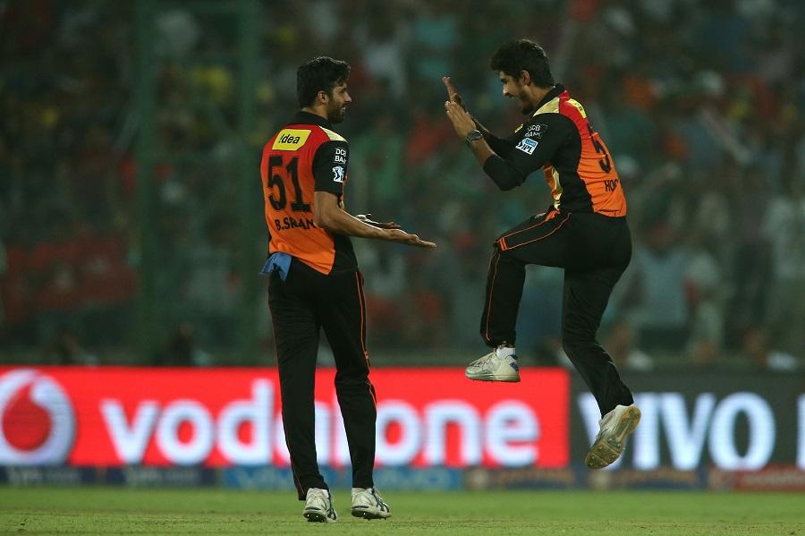 कोलकाताका रविन उथप्पाको विकेट लिएपछि खुसी साट्दै सनराइजर्स हैदराबादका खेलाडी ।