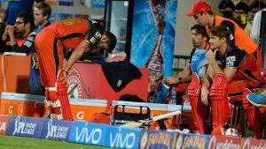 हैदराबादसँग ८ रनले पराजित भएपछि बैंगलोरका कप्तान विराट कोहली (बायाँ) ।