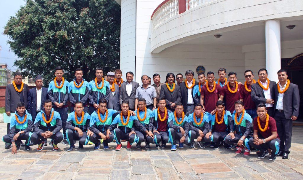 लाओस प्रस्थान गर्नुअघि विदाईका क्रममा नेपाली फुटबल टोली ।