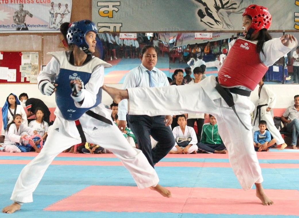 राष्ट्रपति रनिङ सिल्ड खेलकुदको तेक्वान्दोमा प्रतिस्पर्धा गर्दै महिला खेलाडी ।