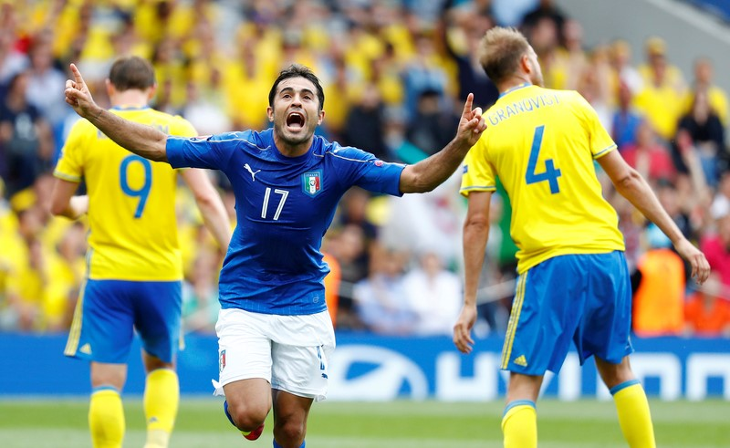 Football Soccer - Italy v Sweden - EURO 2016 - Group E - Stadium de Toulouse, Toulouse, France - 17/6/16 Italy's Eder celebrates after scoring their first goal as Sweden's Kim Kallstrom (L) and Andreas Granqvist look on dejected REUTERS/ Michael Dalder Livepic