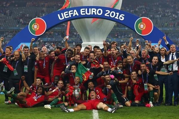 युरो कप उपाधिका साथ पोर्चुगल फुटबल टोली ।
