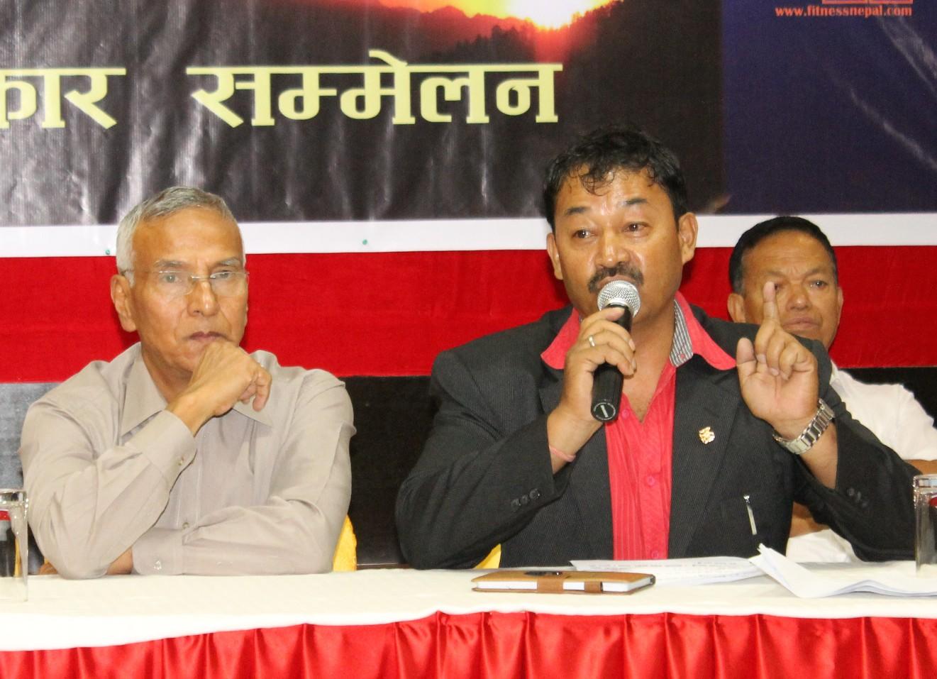 पत्रकार सम्मेलनमा धर्म श्री खुला शारीरिक सुगठनका बारेमा जानकारी दिदै नेपाल व्ययाम मन्दिरका अध्यक्ष नारायण प्रधान (दायाँं) ।