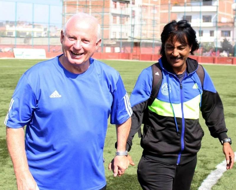 नेपाली टोलीका पूर्व प्रशिक्षक फिगीसँग पूर्व कप्तान राजुकाजी शाक्य । पहिलो साफमा स्वर्ण जित्दा शाक्य टोलीका खेलाडी थिए ।