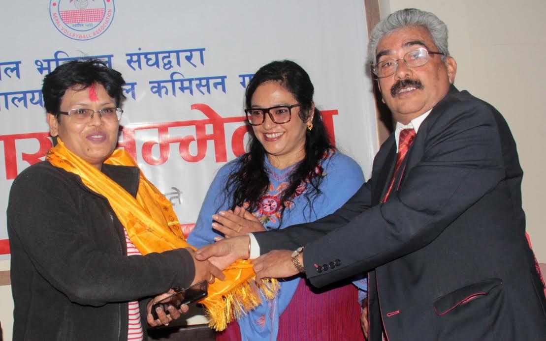 भलिबलकी मुख्य प्रशिक्षक सलिना श्रेष्ठ (बायाँ) लाई बधाई दिदै नेपाल भबिल संघका अध्यक्ष मनोरञ्जन रमण शर्मा । साथमा संघकी उपाध्यक्ष निरोज मास्के ।