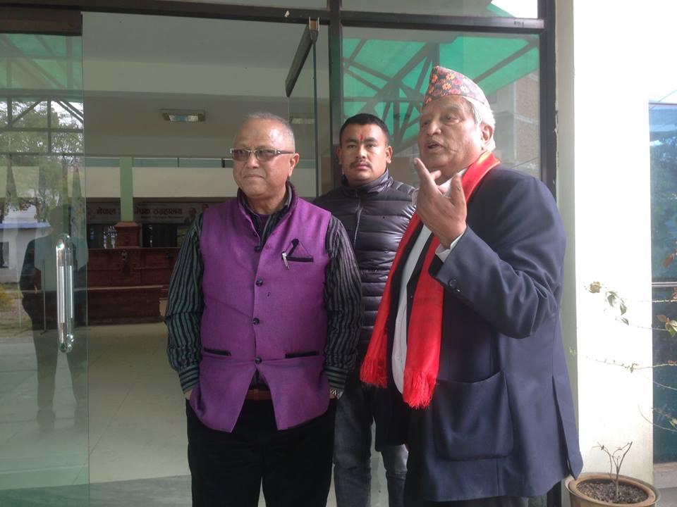 सर्वोच्चबाट पूर्नस्थापित एनओसीका कार्यवहाक अध्यक्ष किशोरबहादुर सिंह (दायाँ) मंगलबार एनओसी भवनमा ।