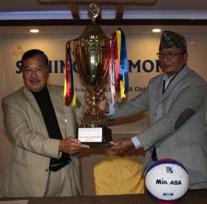 सम्झौता पत्र हस्ताक्षर कार्यक्रममा स्पोर्ट्स फर अल क्लब, नेपालका अध्यक्ष लोकबहादुर शाही र यल्लो प्यागोडाका अध्यक्ष दिलविकास राजभण्डारी (दायाँ) ।