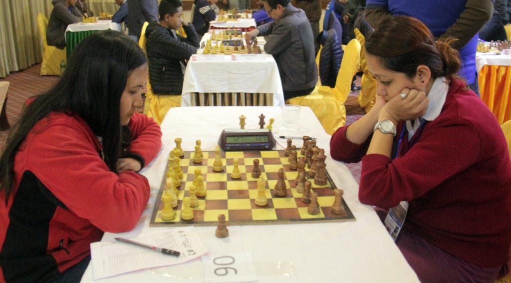 प्रतिस्पर्धामा शान्ता थापा (बायाँ) र सविना श्रेष्ठ । सो खेलमा सविना विजयी भएकी थिइन् ।