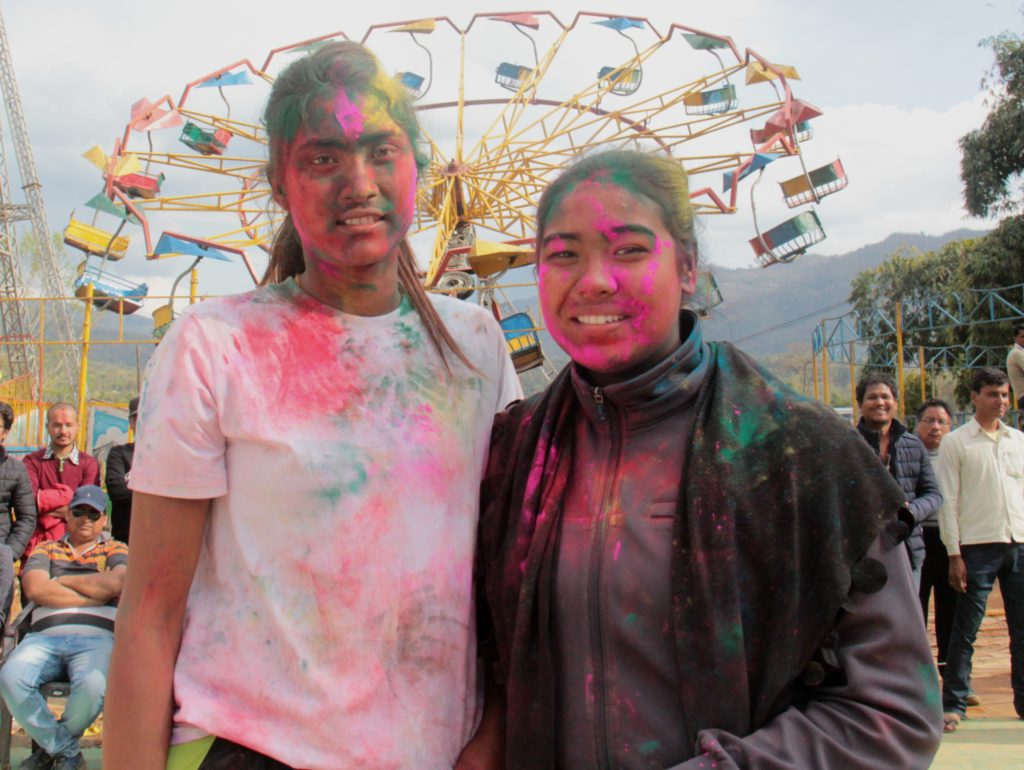 राष्ट्रिय भलिबल टोलीका सरस्वती चौधरी (बायाँ) र प्रतिभा माली पर्वतको कुश्मामा दिदिबहिनी राष्ट्रिय महिला भलिबल प्रतियोगिताको फाइनलपछि होली मनाउँदै । फाइनलमा प्रतिभाको न्यू डाइमन्डले सरस्वतीको एपिएफलाई हराएको थियो ।