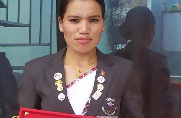 म्याराथनकी स्वर्ण विजेता पुष्पा एपिएफबाट सम्मानित
